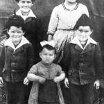 Hintergrund v.l.: Xaver Gut geb. 1913, Veronika Gut geb. 1911, Vorne v.l.: Hans Gut geb. 1917, Kaspar Gut geb. 1915, Mitte - Maria Gut geb. 1920.