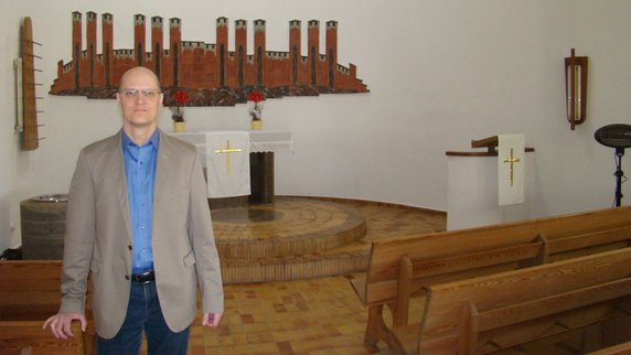 Pfarrer Claus Förster in der Ettringer Auferstehungskirche. Foto: Manuela Antosch