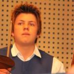 """Sebastian Böck begeisterte am Schlagzeug mit seinem Solo in """"Sparkling Drums"""" von Ted Huggens. Foto: Maria Schmid MZ"""