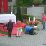 6.30 Uhr Der Altar am Brunnen wird geschmückt