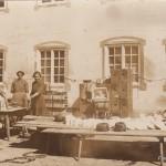 Tellerwäscherinnen vor dem Gasthof Adler um 1900