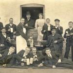 Bierausschank vor dem Gasthof Adler um 1900