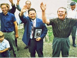 von links: Kind Jürgen Schwarzenbacher, Dr. Martin Kleint, dahinter Gemeindediener Heini Schwab, Bürgermeister Walter Fehle, dahinter Ludwig Willer, Bäckermeister Josef Lang und Kirchenpfleger Eugen Mayr.