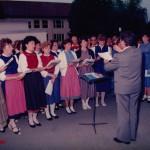 Geistl. Rat Brazdil feiert seinen 60. Geburtstag. Liederkranz unter der Leitung von Walter Fehle.
