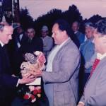 Geistl. Rat Brazdil feiert seinen 60. Geburtstag.Toni Böck und Walter Fehle überreichen das Geschenk.