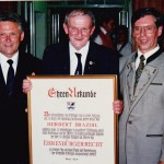 Geistl. Rat Herbert Brazdil wird Ehrenbürger von Ettringen. Im Bild mit Bürgermeister Walter Fehle und Mesner Ludwig Ammann