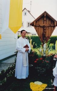 Der Primiziant Konrad Kuhn vor dem Elternhaus