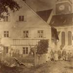 Der Ettringer Bader mit seiner Familie. Südansicht um 1907. Das kleine Mädchen (2.v.r.) ist die Großmutter von Alfons Rindle, dem Inhaber der Fa. Elektro Rindle.