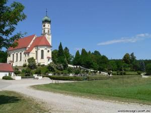 Etwas abseits, aber sehr idyllisch liegt die Wallfahrtskirche St. Georg in Kirch-Siebnach zwischen Siebnach und Höfen