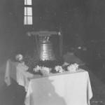 """Die Glocke der Leichenkapelle mit der Inschrift: """" Die Lebenden rufe ich, die Toten beklage ich"""""""