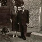 """Die Firmengründer Maria und Anton Rindle mit Schäferhund (vermutlich """"Rex"""" oder """"Bello"""", damals die üblichen Hundenamen :-))."""