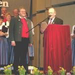 Für 40 Jahre Chortätigkeit wurde Dirigent Thomas Müller vom stellvertretenden Sängerkreisvorsitzenden Helmut Mayer mit Urkunde und Nadel geehrt.