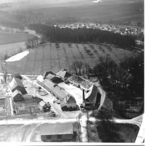 """Gut Ostettringen mit """"Schmiedeängerle"""" (Nord-Ost-Ansicht von 1957)"""