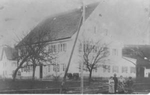 Das Haus der Bäckerei Lang, direkt dahinter das strohgedeckte Haus von Knöpfle Franz