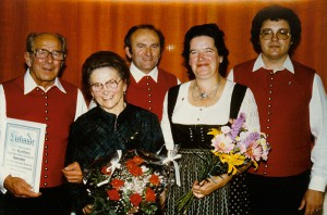 Ehrung von Frau Fehle anlässlich ihres 75. Geburtstages durch Mitglieder des Liederkranzes (v.l. Alfred Blochum sen., Maria Fehle, Ehepaar Brecheisen,  Thomas Müller)