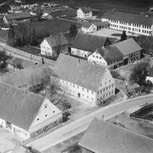 Rechts neben dem Gasthaus Adler das Anwesen Sirch, Tussenhauser Straße 1957