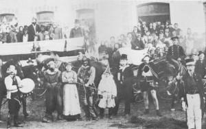 Der Ettringer Fasching hat eine lange Tradition, wie diese Aufnahme, etwa aus dem Jahre 1912, beweist. Eine illustre Faschingsgesellschaft traf sich vor der damals neu erbauten Bahnhofs-Restauration.