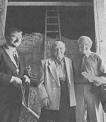 In diesem Ettringer Stadel war Tom Tate (rechts) im April 1945 als Kriegsgefangener einquartiert. Ein bewegender Moment war für ihn , seiner Gastgeberin Sofie Schmid (Mitte) die Hand zu schütteln. Bürgermeister Robert Sturm bereitete Tate einen herzlichen Empfang. (Bild: Frieder, Mindelheimer Zeitung)