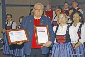 v.l. Chorleiter Thomas Müller und 1. Vorsitzende Irmgard Ressel. Foto: R. Stegen