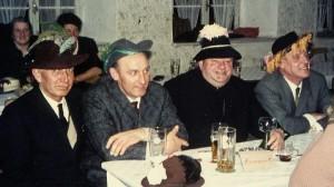 von links: Bgm. Pfänder, Bgm. Sirch, Pfarrer Britzlmayr, Lehrer Hamperl
