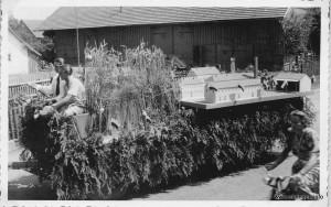 Die Gutsverwaltung Ost- Ettringen mit einem Modell des Gutes auf dem Festwagen