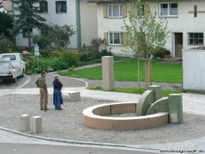 Architekt Hofmann und Steinmetz Schröder bei der Planung des Brunnens
