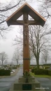 Saniertes Friedhofskreuz