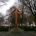 Westansicht des sanierten Friedhofkreuzes