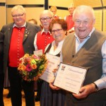 Thomas Müller, Chorleiter des Liederkranzes Ettringen, gratulierte den Geehrten, Uwe Landeck (25 Jahre im Verein), Marlene Schmied (25 Jahre) und Ehrenmitglied Rudolf Kaltenmaier.Foto: Mindelheimer Zeitung