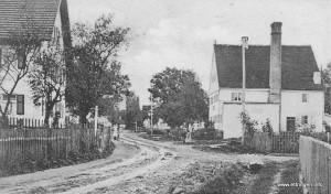 Siebnacher Straße vor ca. 110 Jahren - Bei genauem Betrachten sieht man vor dem Bäcker Lang das Personal stehen.