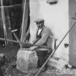 Bürgemeister Kornes beim Dengeln der Sense