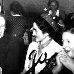 vorne v.l.: Anton Geiger (Geiger Schuster), Anni Miller, Theresia Kornes. Hinten v.r.: Rosa Kraus, Frau Boxler die Mutter von Josephine Steffens. Mit dem Rücken zur Kamera Frau Maria Fehle?