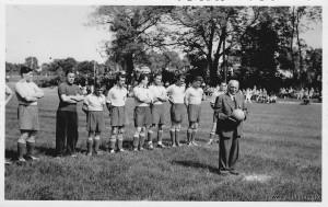 Foto: Toni Kornes - Einweihung 1954 durch Bürgemeister Alois Kornes.V.l.: Endres Hans, Bock Richard, Hildebrandt Bruno, Schlichting Josef, Schnölzer Rudl, Winkler Michael (Funki), Fürst Karl, Stegmann Georg, Schnölzer Fritz.