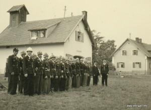 Links mit weißem Helm Kommandant Malermeister Josef Mayr jun.