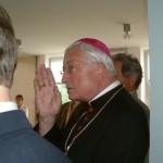 Der Bischof erteilt den Segen. Bild: Hartmuth Schmidt