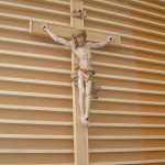 Das Kruzifix im neuen Pfarrheim schnitzte Anton Käsbauer. Bild: Hartmuth Schmidt