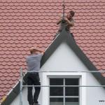 Die schwindelfreien Duschers (Vater und Sohn) auf Schweiers steilem Dach Mi. 08. Juni 2016 - 18.20 Uhr