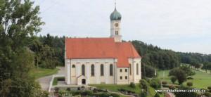 Weithin sichtbar thront St. Georg auf einem Hügel zwischen den Orten Siebnach und Traunried.