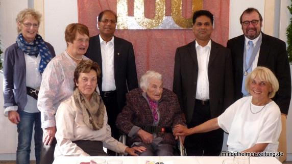 Die Jubilarin Agnes Keller im Kreis der Gratulanten. Die Glückwünsche des Ministerpräsidenten überbrachte Bürgermeister Robert Sturm (rechts).
