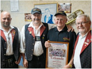 Zur Ehrung gratulierten, von links im Bild, Max Pfluger junior, der zweite Vorsitzende Alois Ledermann und Max Pfluger senior (rechts). Foto: Blaskapelle Max Pfluger