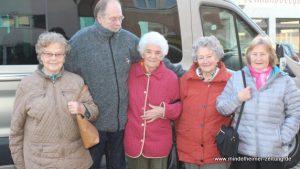 (von links): Erika Schilling, Busfahrer André Klaverkamp, Josefine Karl, Anni Zeh und Anni Miller. Foto: Maria Schmid