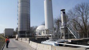 Das im Faulturm (links) anfallende Biogas sollte eigentlich zur Befeuerung eines Heizkessels verwendet werden. Wenn es jedoch nicht die notwendige Reinheit erreicht, muss es eigentlich in der Fackel (rechts) verbrannt werden, bestätigte Aviretta-Chef Carl Pawlowsky (links vorne). Zuletzt wurden das Biogas und der enthaltende Schwefelwasserstoff aber sogar unverbrannt in die Luft geblasen.