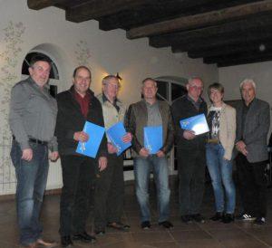 Sie halten ihrem TSV Ettringen schon seit 50 Jahren die Treue (von links): Alois Martin, Willi Pelzl, Martin Böck und Hans Gammel. Foto: Mindelheimer Zeitung