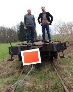 """Unter dem Motto """"Wir machen den Weg frei"""" wollen Bürgermeister Peter Wachler und sein Stellvertreter Michael Hartmann die Gleise der Staudenbahn zwischen Markt Wald und Ettringen abschnittsweise wieder frei machen und so zu ihrer Reaktivierung beitragen. Bislang parken dort teils Güterwagen. Foto: Baumberger"""