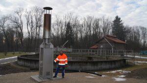 Über diese Fackel auf dem Aviretta-Firmengelände wird nach wie vor Biogas nutzlos verbrannt wird, statt wie vorgesehen eine Turbine zu betreiben. Nach mehreren Störfällen muss das Unternehmen mehrere Auflagen des Landratsamtes erfüllen. Dagegen hat die Firma aber geklagt. Bild Mindelheimer Zeitung