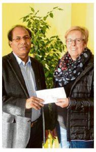 Vorsitzende des Liederkranzes, Christa Stiegeler, bei der Geldübergabe an Pater Michael. Foto: Thomas Müller