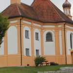 Die Wallfahrtskapelle in Schnerzhofen hat drei Spitzen, ist dem heiligen Antonius von Padua geweiht und ein wahres barockes Schmuckstück. Bild: Augsburger Allgemeine