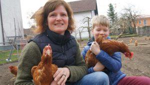 Fast jedes Huhn hat eine Geschichte, zu jedem Huhn hat Martina Schmid aber eine echte Beziehung. Kein Wunder: Sie redet ja schließlich auch mit ihren Tieren...Foto MZ