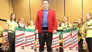 Die Jugendkapelle Ettringen und Dirigent Bernd Schmidt bedanken sich für den anhaltenden Applaus des begeisterungsfähigen Publikums. Die jungen Musikerinnen und Musikanten zeigten aber auch wirklich ein tolles Programm. Fotos: Thessy Glonner