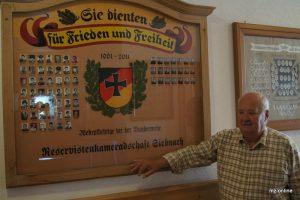 Eine neu gestaltete Gedenktafel erinnert jetzt wieder an alle Soldaten und Reservisten aus Siebnach, die bei der Bundeswehr für Frieden und Freiheit gedient haben. Erich Schmid freut sich als Ehrenvorsitzender der Reservistenkameradschaft darüber.